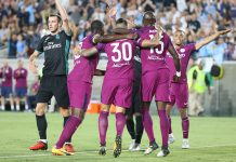 Los jugadores del City celebran el gol de Otamendi