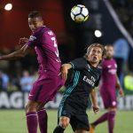 Modric disputa un balón ante Danilo, quien debutaba con el City