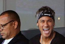 Neymar, con su padre, en el palco del Parque de los Príncipes
