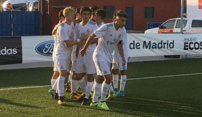 Los jugadores del Juvenil B celebran el gol de Pablo