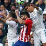 Carvajal, Costa y Varane pugnan un balón aéreo