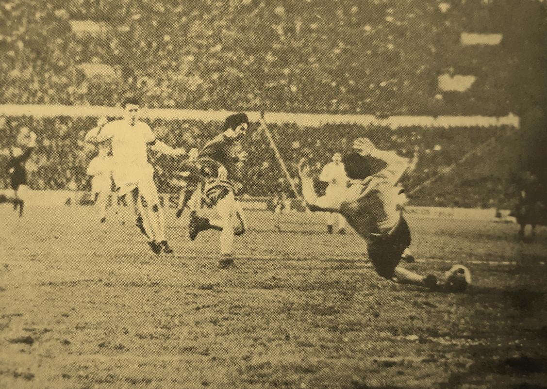 Miguel Pérez dispara entre Paquito y Abelardo en el gol anulado al Real Madrid.